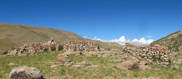 Fig. 5. The now discontinuous east wall of the main structure of Dragu Tara. Orange climax lichen is just visible on some of the eroded stones of this wall.