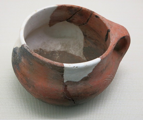 Fig. 105. Red ware bowl, with bulbous body, straight neck and single loop handle. Ngam-ring county, Shigatse prefecture. Pre-Imperial period. Tibet Museum collection.