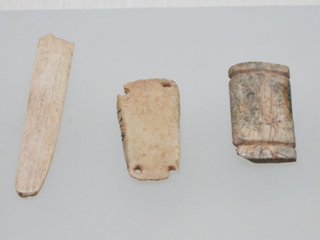 Fig. 42. Two bone plates (right) and bone bar (left) of varying functions, Kharub, Chamdo. Middle or Late Phase of Neolithic (5300–4000 BP). Tibet Museum collection.