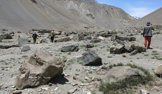 Fig. 1. Searching for boulders with rock art on the Spiti Antiquities Expedition, Drakdo Kiri.