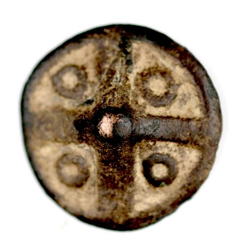 Fig. 23. Button with cruciform design, central nipple and four surrounding dots. Bob Brundage collection, USA. Photo: Bob Brundage.