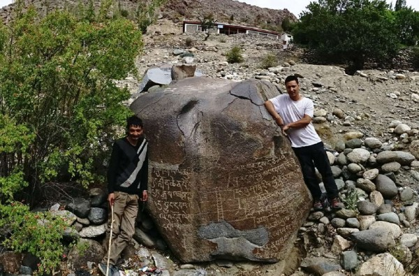 Fig. 18: Boulder with the main inscription, Kharool, with Kacho Sikundar Khan (right) and Hassan Khan (left).  [Q. Devers]