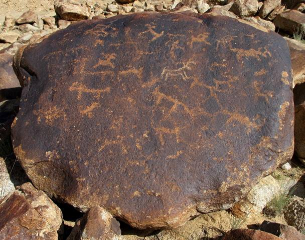 Fig. 1: On this flat-topped boulder there are more than 25 animals, most of which appear to be wild herbivores indigenous to Upper Tibet (wild yaks and sheep). In the middle of the boulder is a lightly re-patinated animal of more recent production. Iron Age.