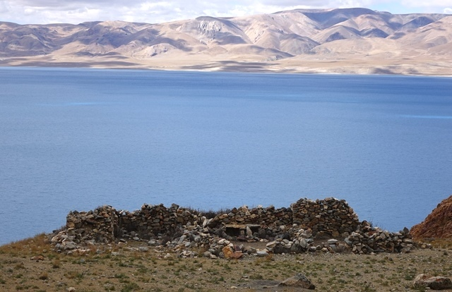 Fig. 4. The ruined shrine complex at Gondak overlooking Lake Dangra. In the foreground are the walls of a now defunct pastoral shelter built with stones pilfered from the archaeological monument.