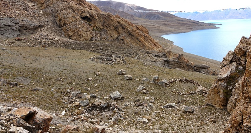 Fig. 6. The bench with the shrine complex (center of image) and other ruined pastoral structures (foreground and right side). Note how the terrain plummets from the bench to join lake terraces below. Lake terraces, the result of a receding shoreline over thousands of years (in the Middle and Late Holocene), are visible in the upper right half of the image.
