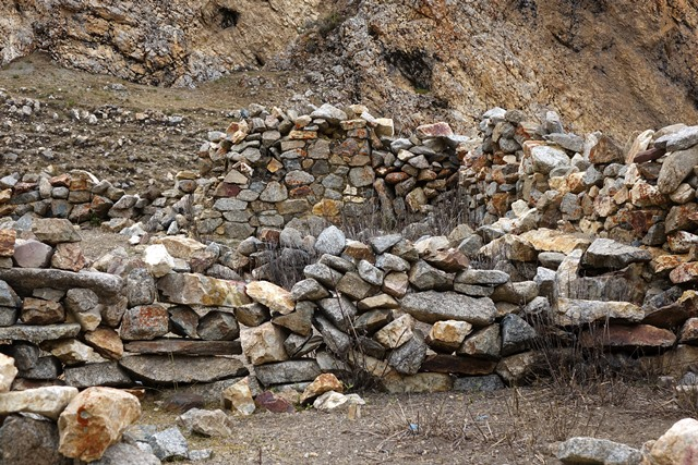 Fig. 10. The cubic shrine of the short arm of the L seen from the north (middle of image) and adjacent walls of the ruined pastoral camp.